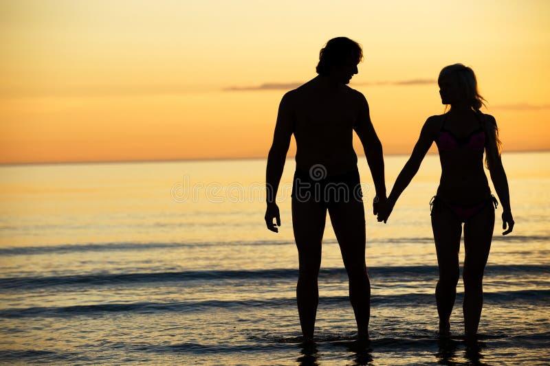Aantrekkelijk paar op het strand royalty-vrije stock foto