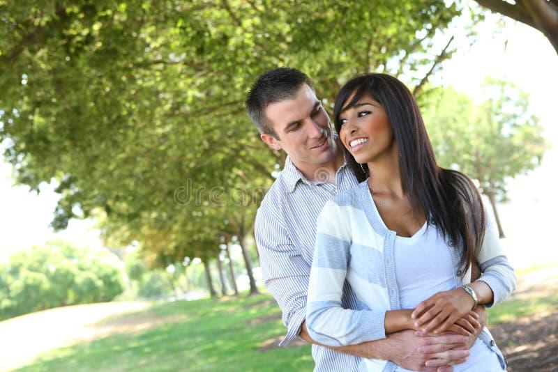 Aantrekkelijk Paar in Park royalty-vrije stock afbeeldingen