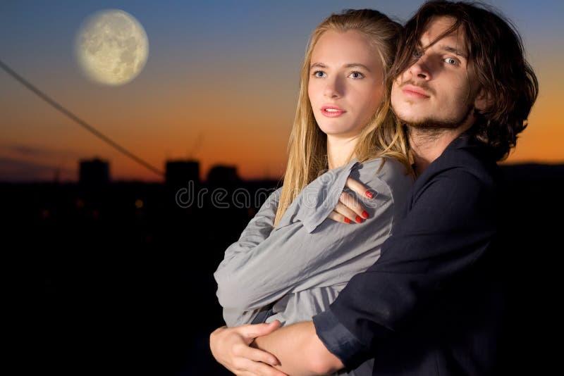Aantrekkelijk paar in schemering openlucht stock foto