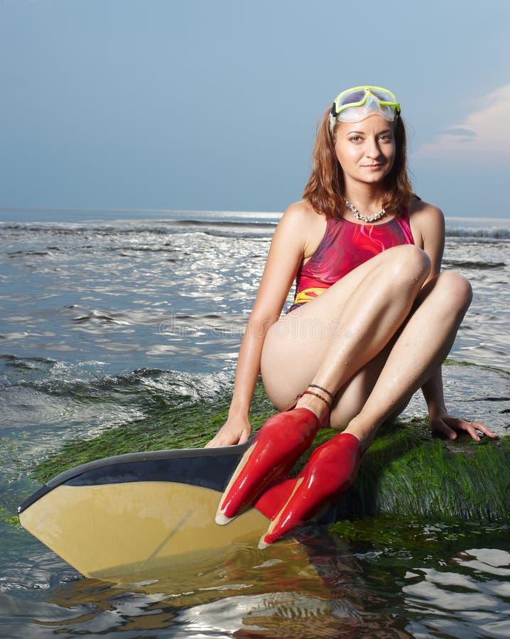 Aantrekkelijk portret van vrolijke jonge vrouw stock foto's