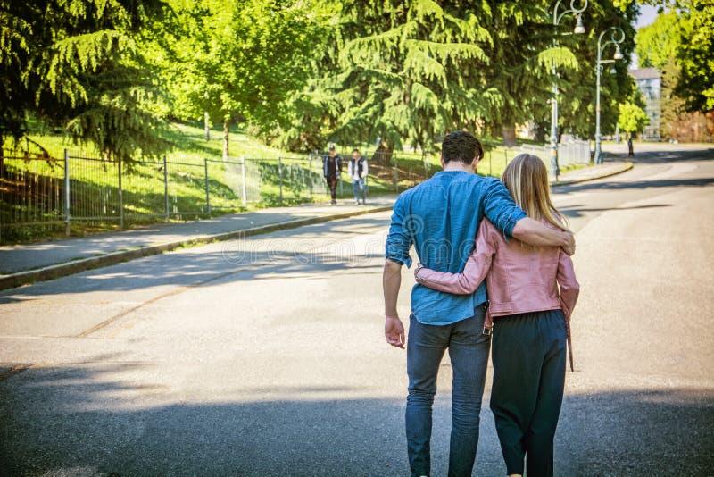 Aantrekkelijk romantisch paar, jonge mens en meisje status royalty-vrije stock afbeeldingen
