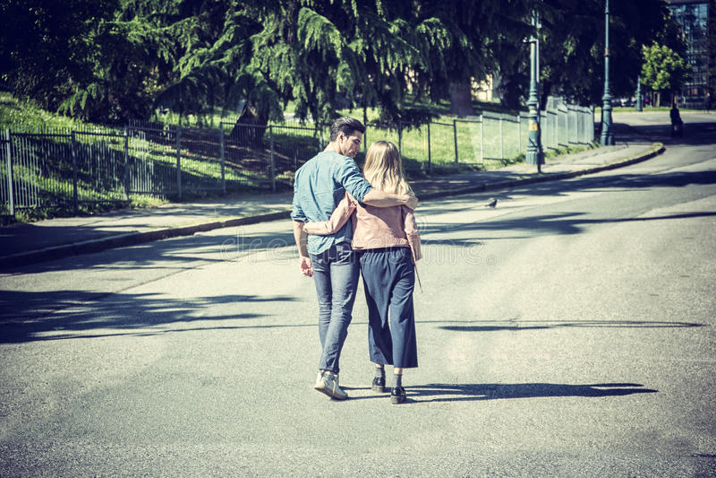 Aantrekkelijk romantisch paar, jonge mens en meisje status royalty-vrije stock afbeelding