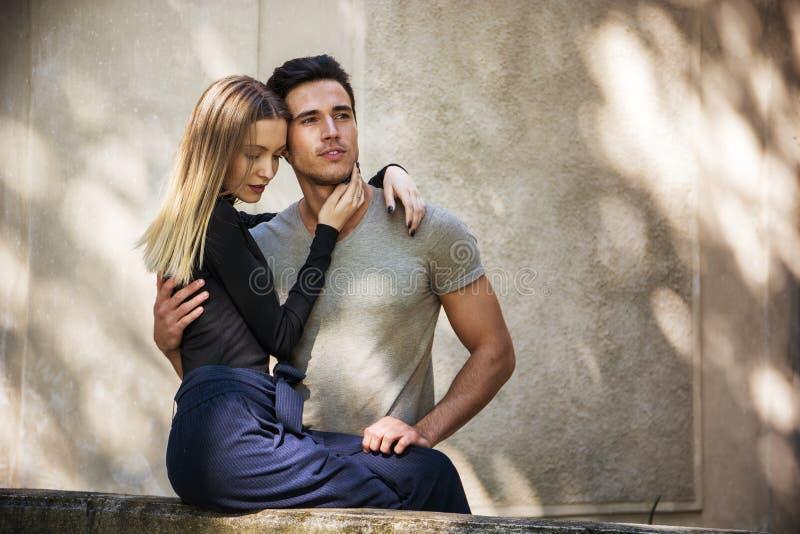 Aantrekkelijk romantisch paar, jonge mens en meisje status royalty-vrije stock foto's