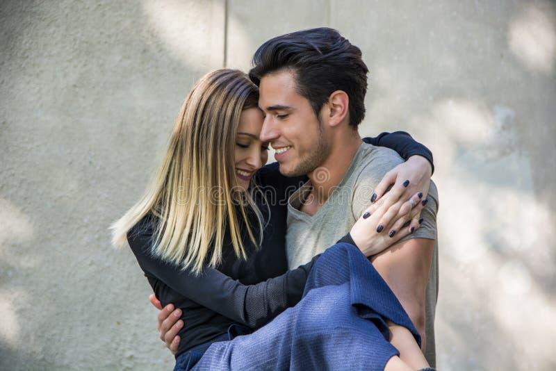 Aantrekkelijk romantisch paar, jonge mens en meisje status stock foto