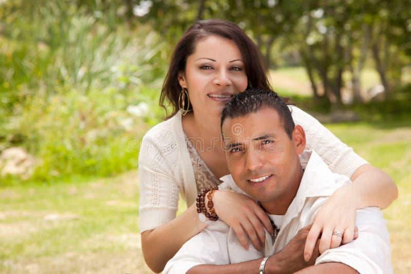 Aantrekkelijk Spaans Paar in het Park royalty-vrije stock afbeeldingen