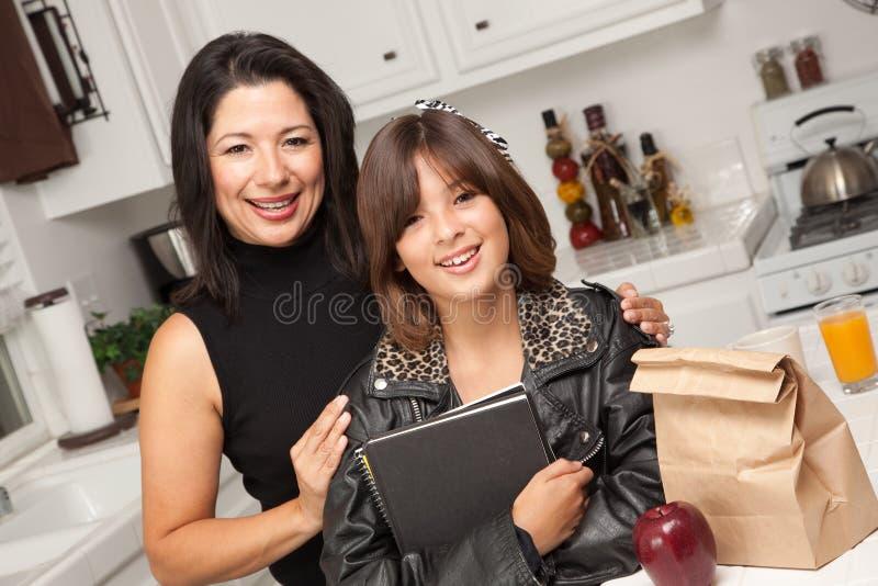 Aantrekkelijk Spaans Trots Mamma & Mooie Dochter stock foto's