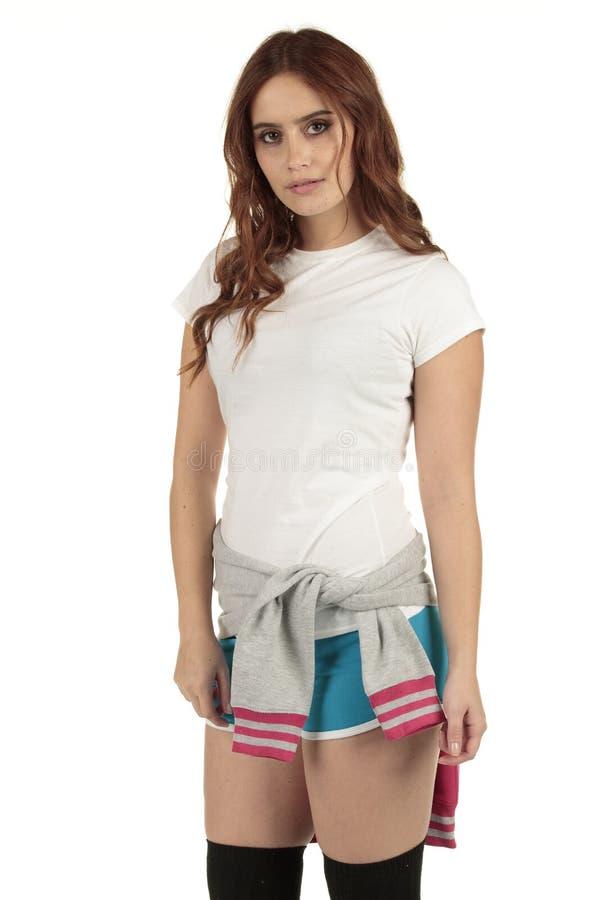 Aantrekkelijk uitstekend de maniermeisje van stijlsporten met een witte lege t-shirt royalty-vrije stock afbeelding