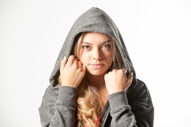 Aantrekkelijk vrouwelijk die geschiktheidsmodel op een witte achtergrond wordt geïsoleerd stock foto's