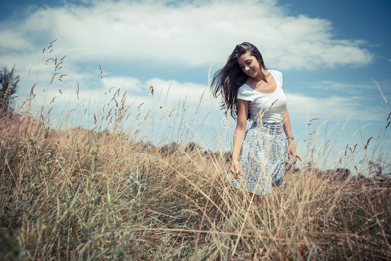Aantrekkelijk vrouwelijk model in aard stock fotografie