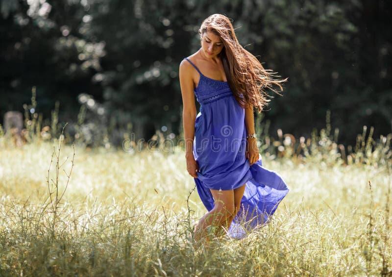 Aantrekkelijk vrouwelijk model in blauwe kleding stock afbeelding