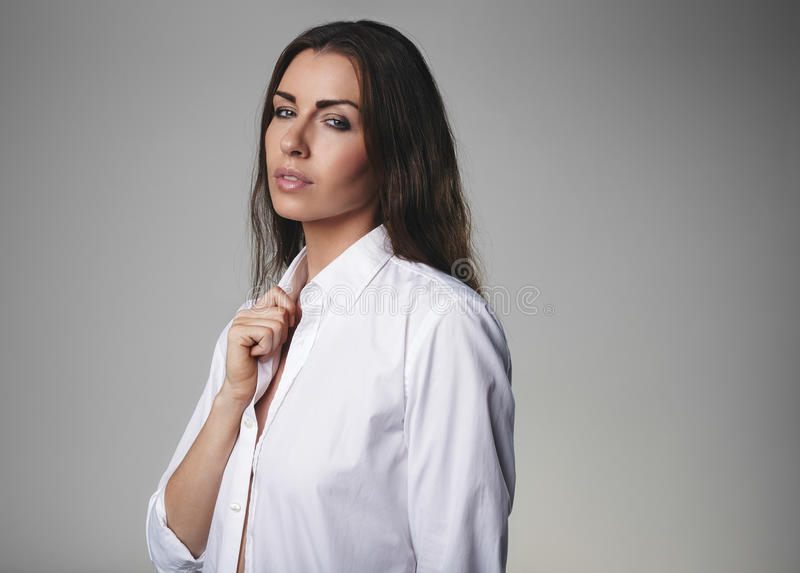Aantrekkelijk vrouwelijk model dragend overhemd royalty-vrije stock foto's