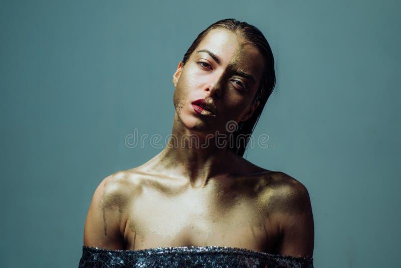Aantrekkelijk vrouwen mooi gezicht met make-up en lichaamskunst gemetalliseerde kleur Kuuroord en wellness Gouden masker Luxescho royalty-vrije stock foto
