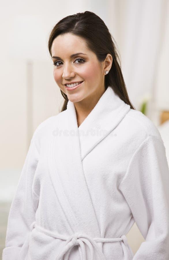 Aantrekkelijk wijfje in een badjas. royalty-vrije stock fotografie