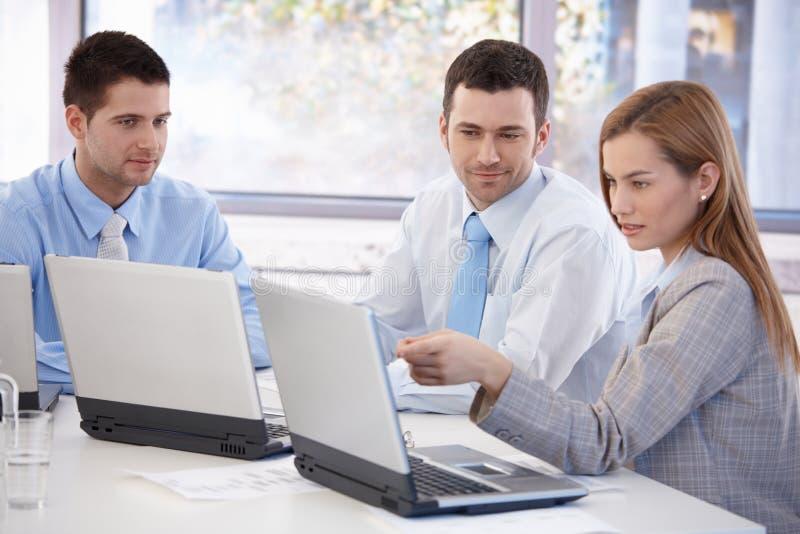 Aantrekkelijk zakenlui die samen het glimlachen werken stock afbeeldingen