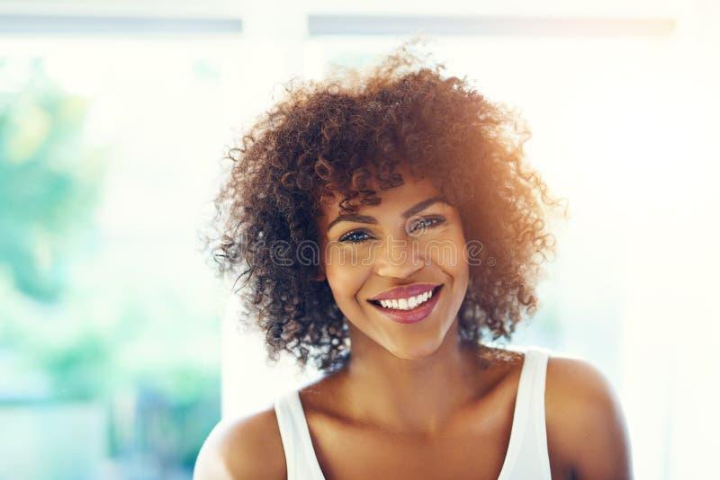 Aantrekkelijk zwart meisje die bij camera glimlachen royalty-vrije stock afbeelding