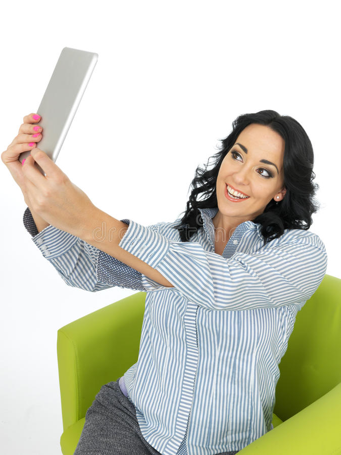 Aantrekkelijke Ader Gelukkige Jonge Vrouw die een Tablet gebruiken die een Zelfportret nemen stock foto
