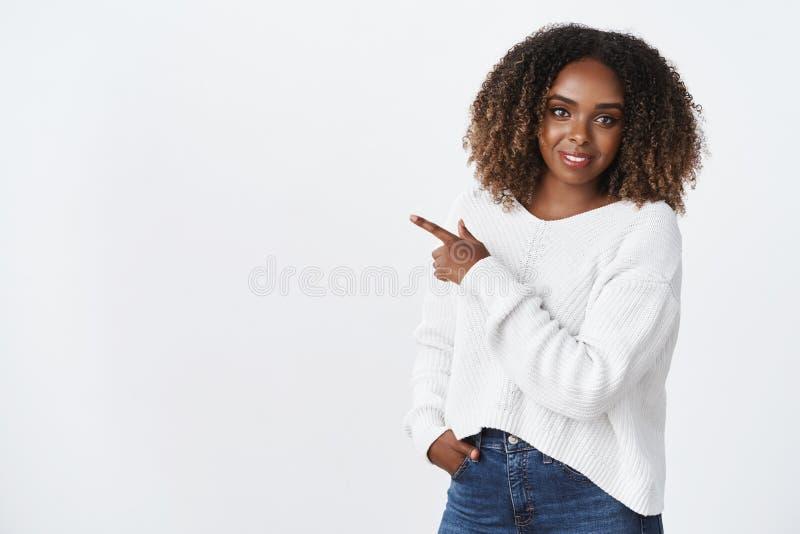 Aantrekkelijke Afrikaans-Amerikaanse krullend-haired plus-grootte model witte sweater die aangenaam vriendschappelijk-kijkt gliml stock afbeeldingen