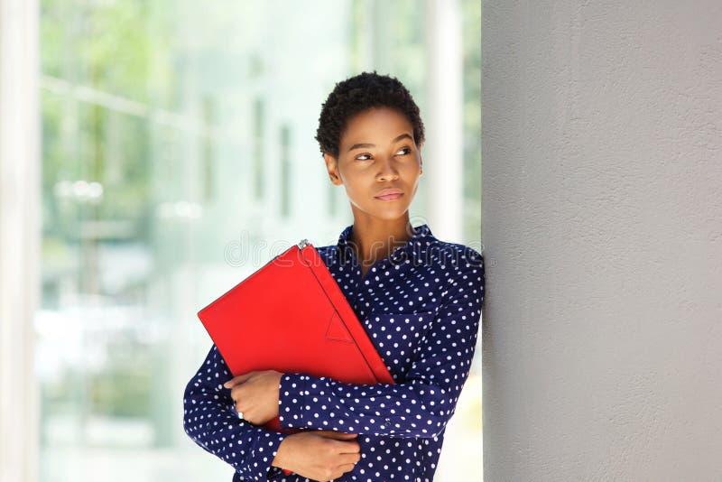 Aantrekkelijke Afrikaanse Amerikaanse bedrijfsvrouw die zich buiten bevinden stock afbeelding