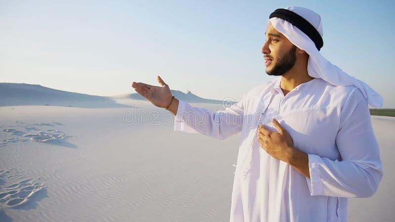 Aantrekkelijke Arabische mannelijke gidsbesprekingen over pros van het reizen en l stock foto's