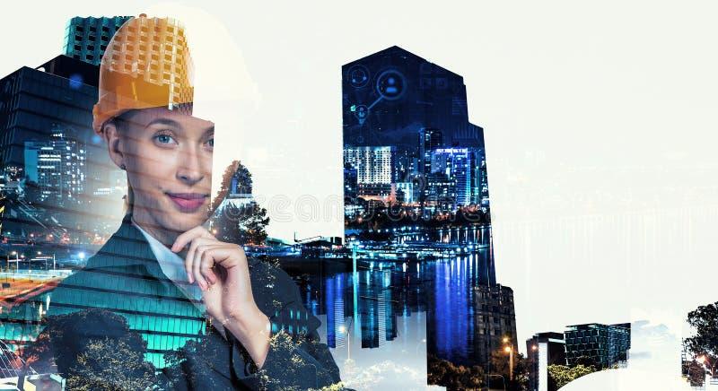 Aantrekkelijke architectenvrouw en haar project Gemengde media royalty-vrije stock foto