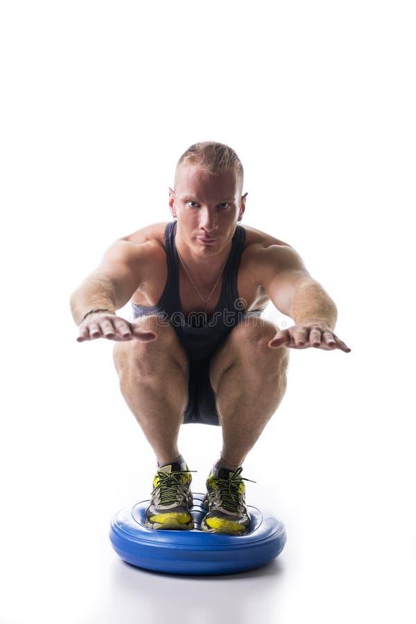 Aantrekkelijke atletische jonge mens die met saldoraad uitwerken royalty-vrije stock foto's