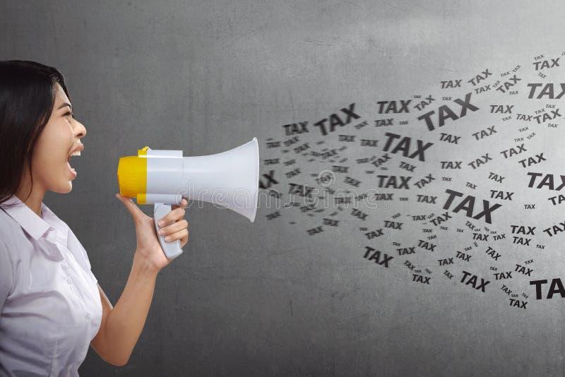 Aantrekkelijke Aziatische bedrijfsvrouw die belastingen met megafoon zeggen royalty-vrije stock fotografie
