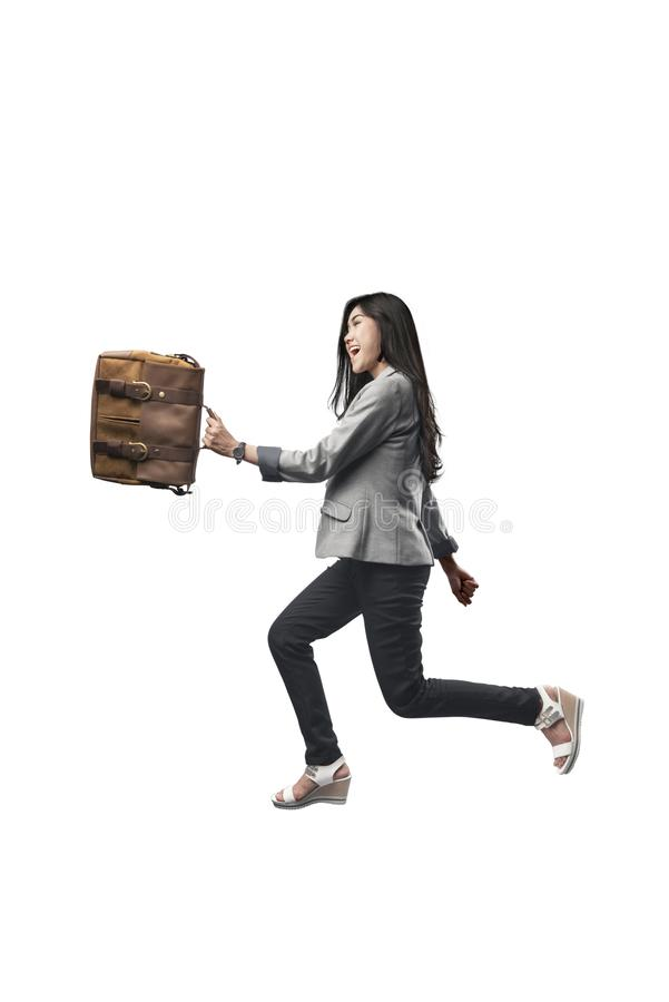 Aantrekkelijke Aziatische bedrijfsvrouw die met aktentas op haar handen lopen stock foto's