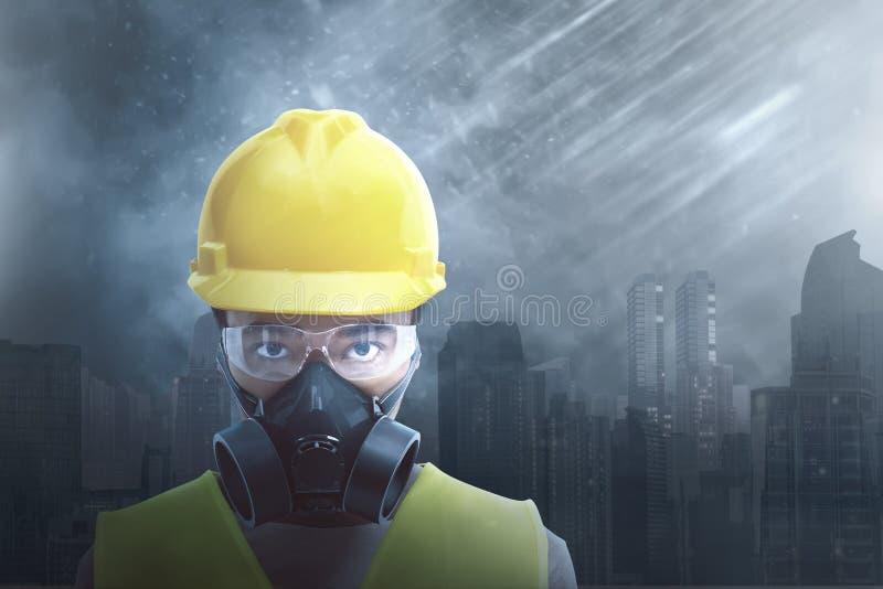 Aantrekkelijke Aziatische bouwvakker die veiligheidsbescherming dragen stock foto's