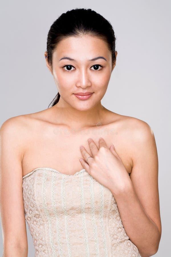Aantrekkelijke Aziatische jonge vrouw royalty-vrije stock afbeelding