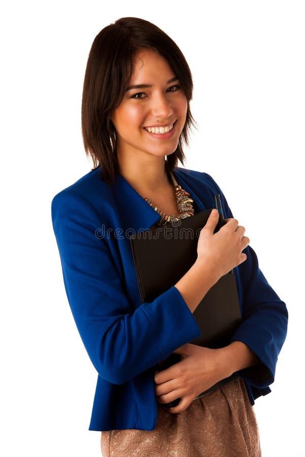 Aantrekkelijke Aziatische Kaukasische bedrijfsvrouw die een omslag houden stock foto