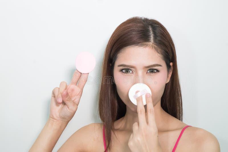 Aantrekkelijke Aziatische vrouw die rookwolk gebruiken om poeder toe te passen royalty-vrije stock afbeeldingen