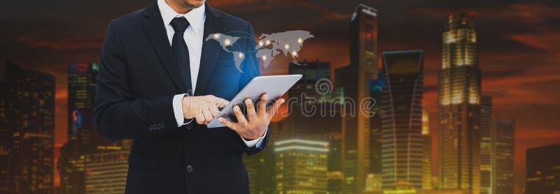 Aantrekkelijke bedrijfsmens die aan tablet werken Zakenman die tablet gebruiken die verkoopgegevens analyseren en economisch Bedr royalty-vrije stock afbeeldingen