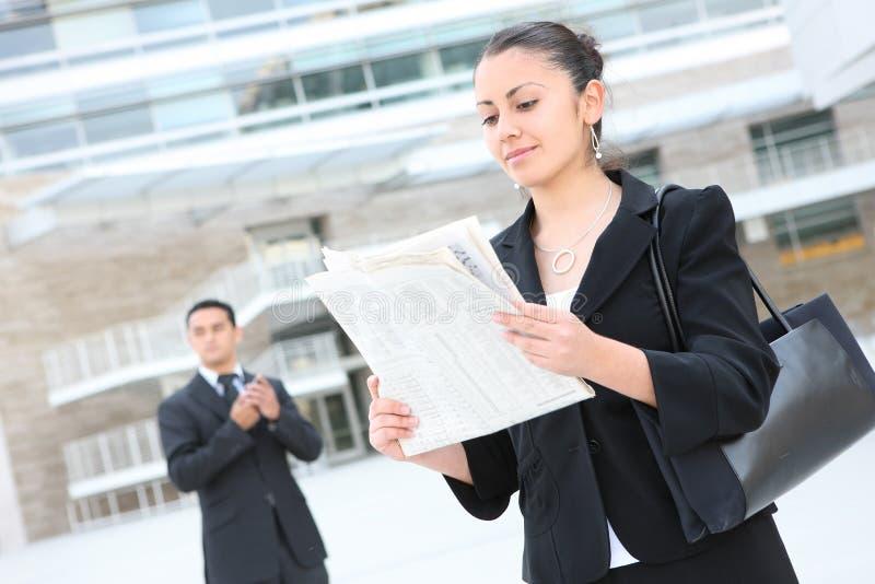 Aantrekkelijke BedrijfsVrouw bij de Bouw van het Bureau stock afbeeldingen