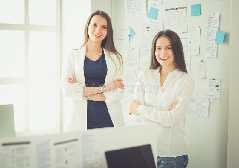 Aantrekkelijke bedrijfsvrouw die aan laptop op kantoor werken Bedrijfs mensen stock afbeeldingen