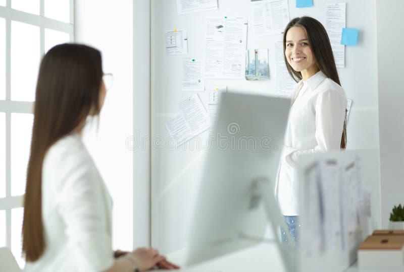 Aantrekkelijke bedrijfsvrouw die aan laptop op kantoor werken Bedrijfs mensen royalty-vrije stock foto