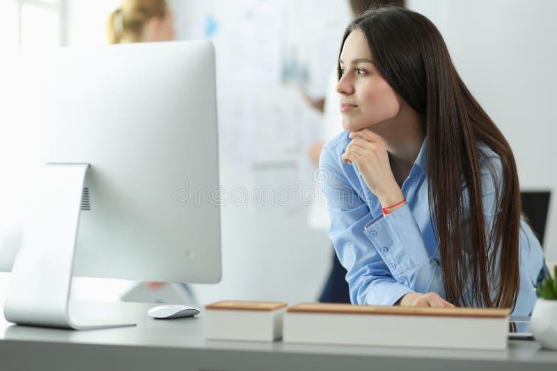 Aantrekkelijke bedrijfsvrouw die aan laptop op kantoor werken Bedrijfs mensen royalty-vrije stock afbeeldingen