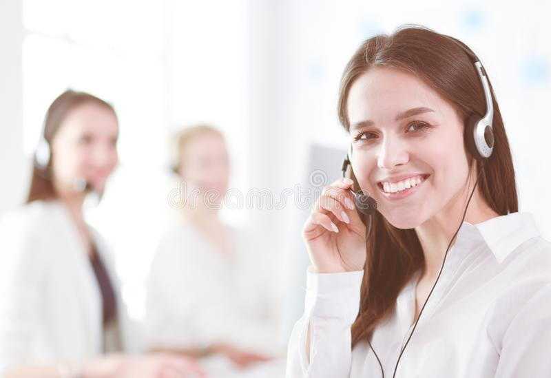Aantrekkelijke bedrijfsvrouw die aan laptop op kantoor werken Bedrijfs mensen stock foto