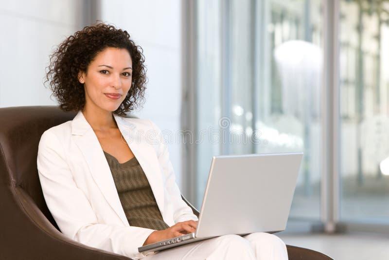 Aantrekkelijke bedrijfsvrouw die aan laptop werkt stock foto