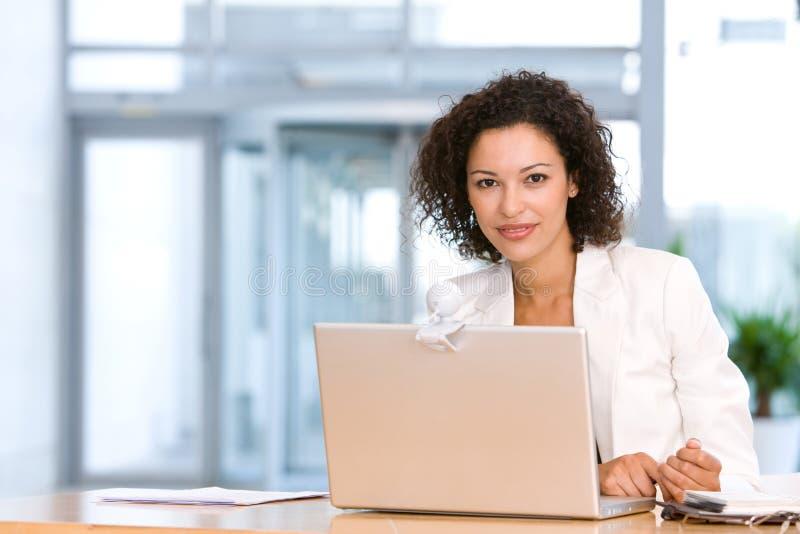 Aantrekkelijke bedrijfsvrouw die aan laptop werkt royalty-vrije stock fotografie