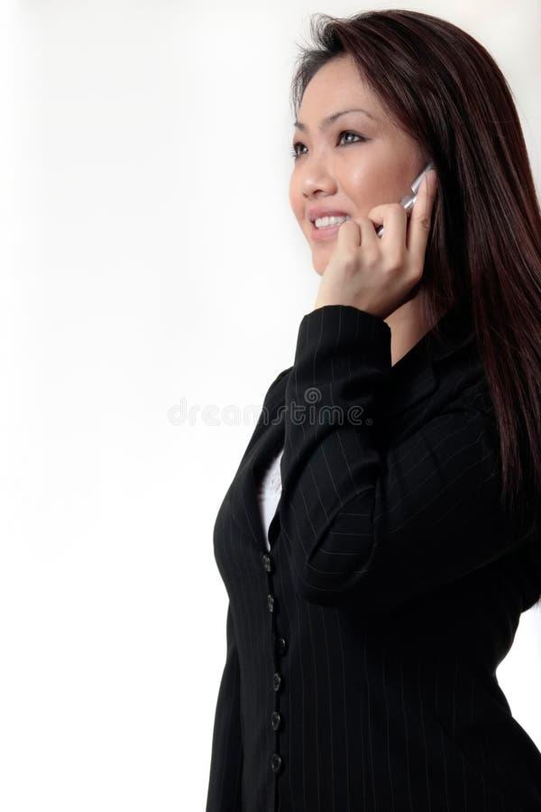 Aantrekkelijke bedrijfsvrouw die op celtelefoon spreekt stock foto
