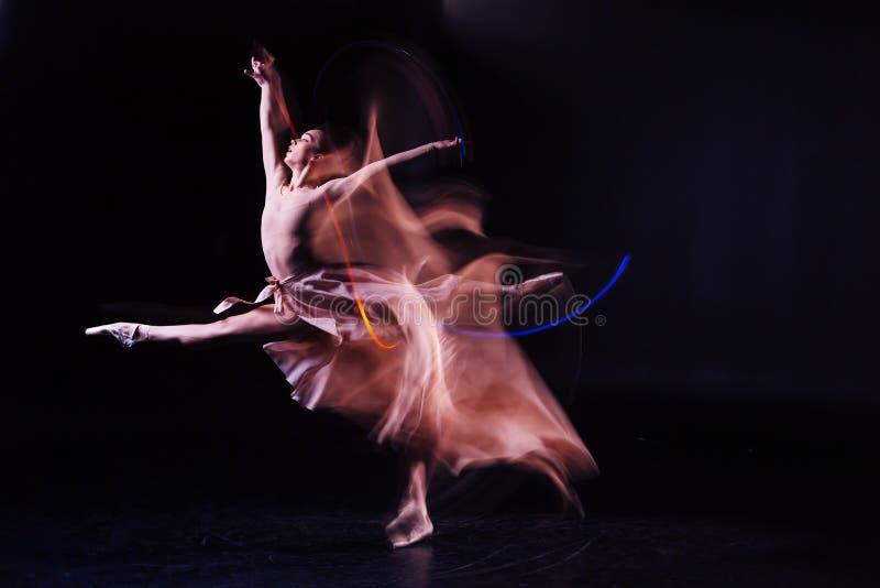 Aantrekkelijke bekwame vrouw die haar flexibiliteit tonen stock foto