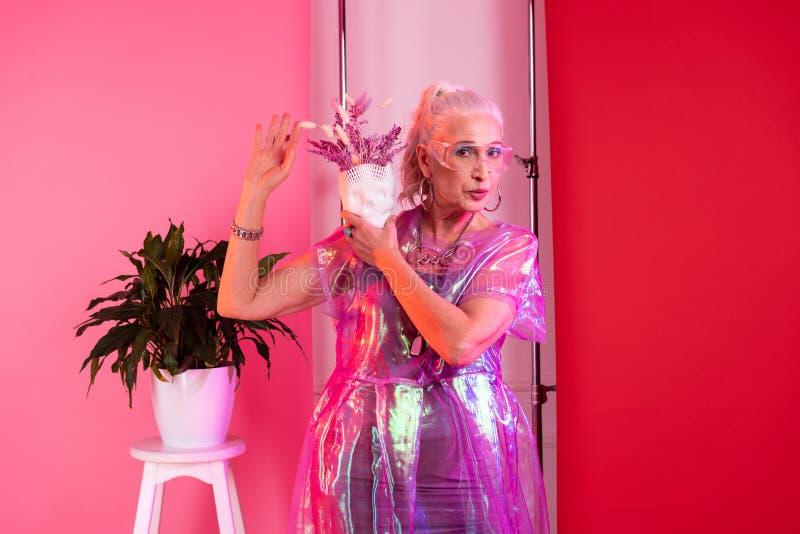 Aantrekkelijke blonde model status over roze achtergrond royalty-vrije stock foto's