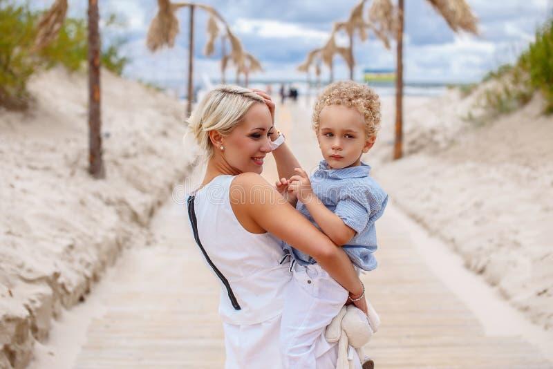 Aantrekkelijke blonde moter die haar kind houden royalty-vrije stock fotografie