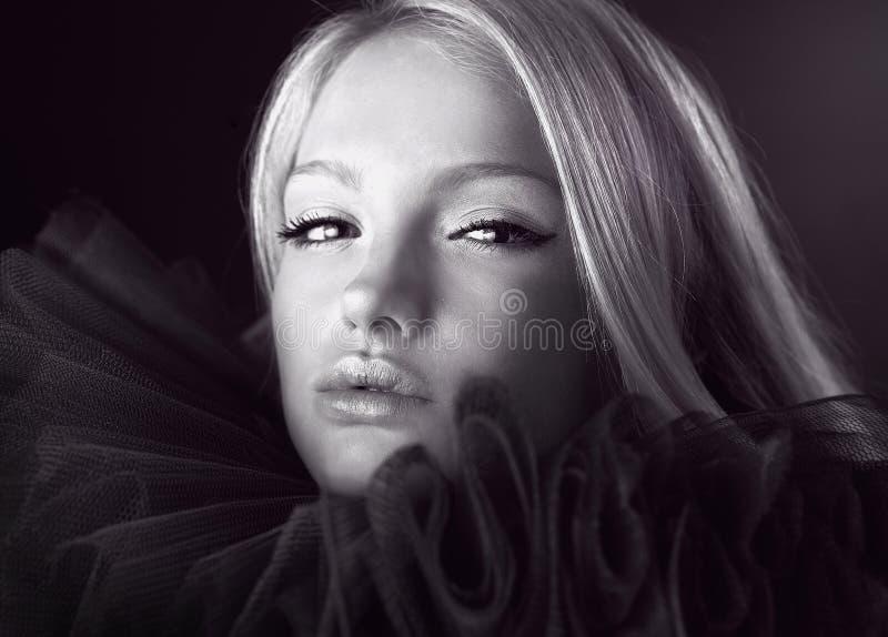 Aantrekkelijke blonde schoonheid in een theatrale jabot. royalty-vrije stock afbeeldingen