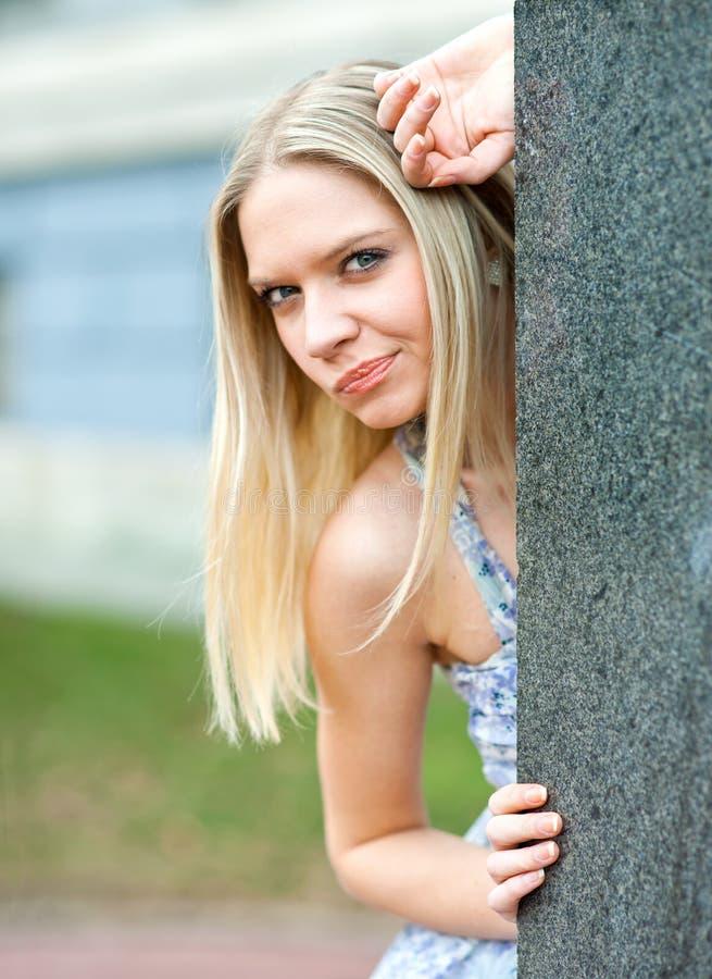 Aantrekkelijke blonde vrouw stock afbeeldingen