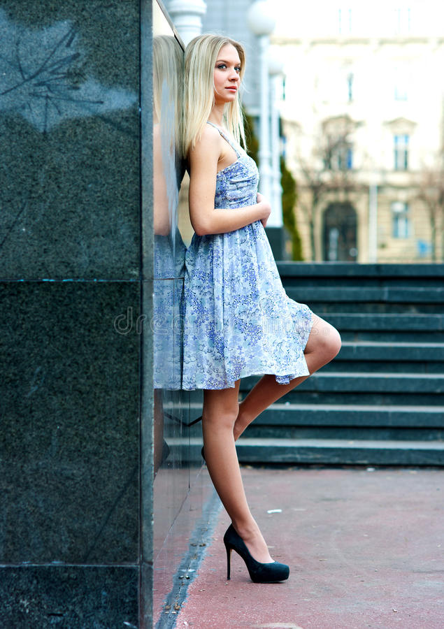 Aantrekkelijke blonde vrouw stock fotografie