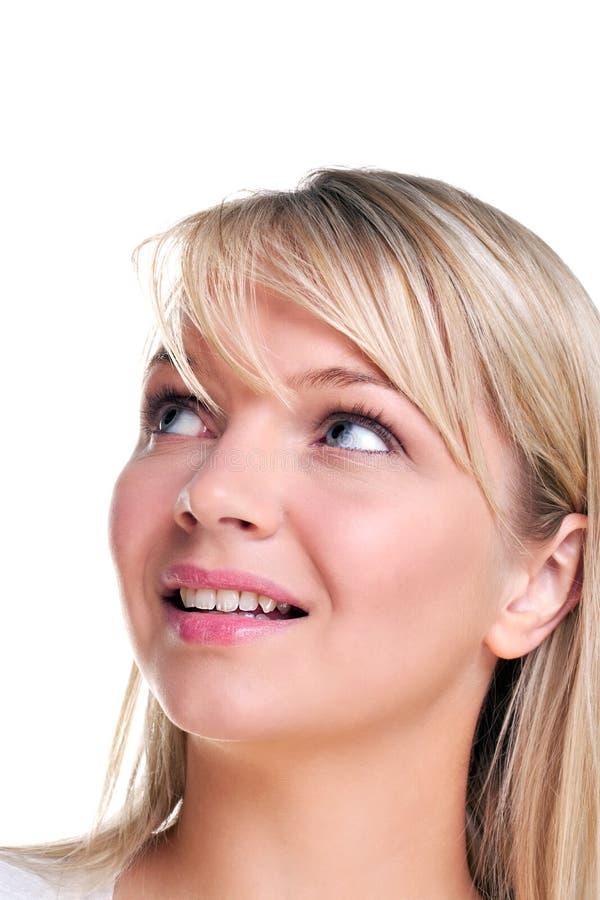 Aantrekkelijke blonde vrouw die omhoog kijkt stock afbeelding