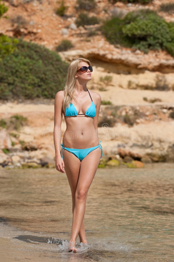Aantrekkelijke blonde vrouw door het overzees stock foto's