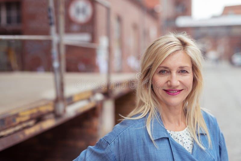 Aantrekkelijke blonde vrouw in een stedelijke straat stock afbeeldingen