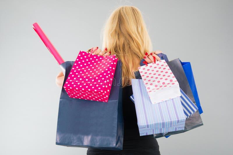 Aantrekkelijke blonde vrouw met het winkelen zakken stock afbeelding